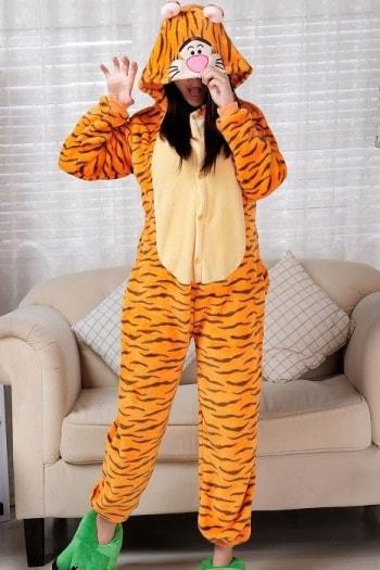 Cum aleg cele mai frumoase pijamale haioase, de dama. Ghidul cumparatorului. Pijamalele pot fi considerate de catre multi cam demodate, de catre altii – ca fiind un statement vestimentar, insa poate putini se gandesc ca nu toate modelele sunt invechite si ca exista loc de surprize la acest capitol.